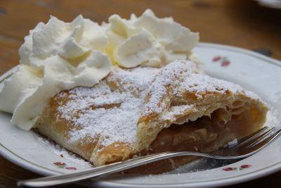 Apfelstrudel - an alternative wedding cake for elopements in Austria